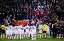 des joueurs de football regardent d'autres joueurs monter dans un tribune chercher leur trophée