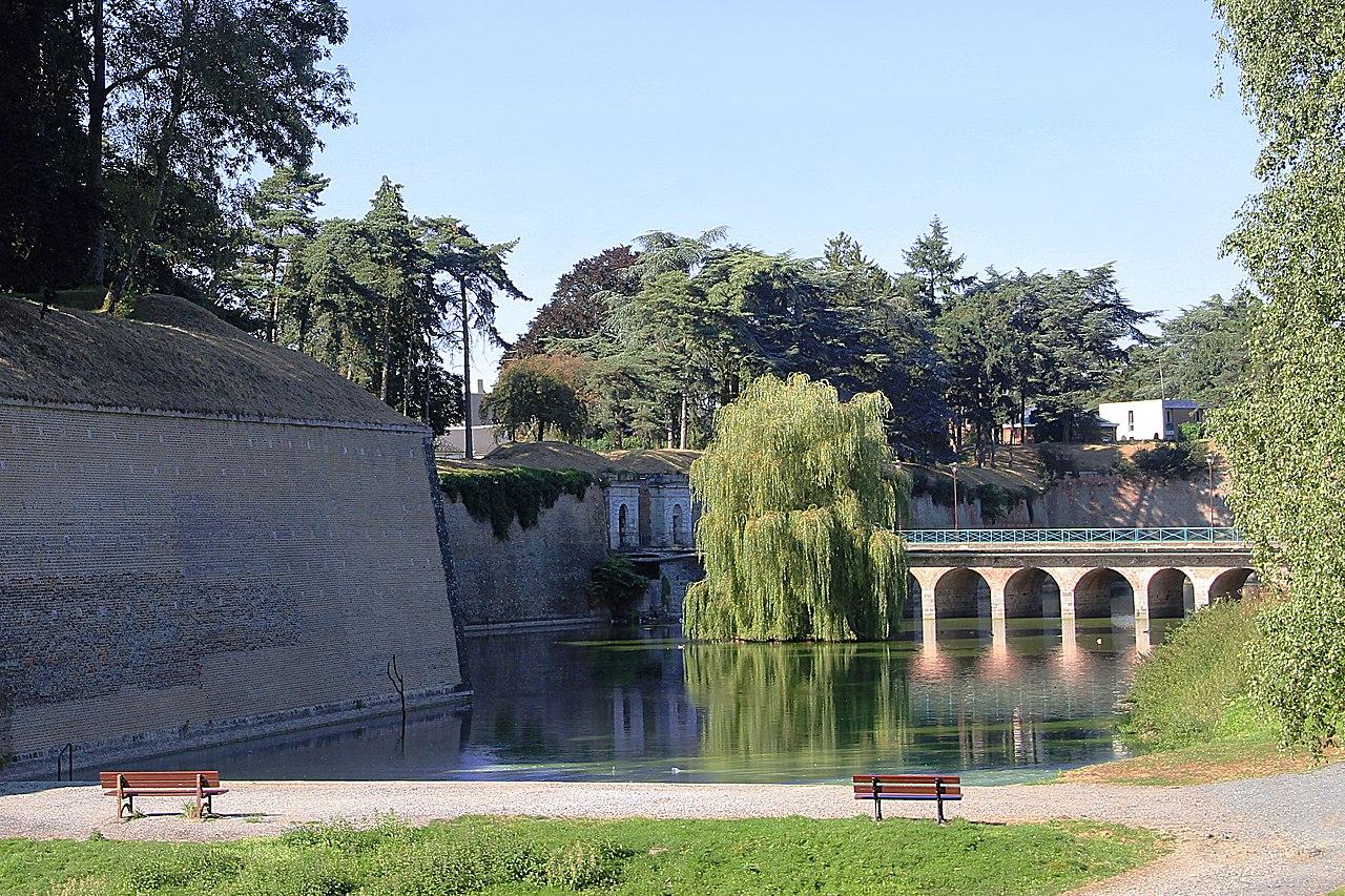 Jean-Pol GRANDMONT pour Commons wikimédia : Pont dormant de la porte Fauroeulx - Citadelle Vauban de Le Quesnoy (Nord, France).