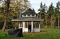 1917 war der Teepavillon auf dem Hermannshof in Völksen, hier beim Besuch einer vom Freundeskreis Hannover organisierten Exkursion, durch den Freimaurer Hermann Rexhausen eingeweiht worden.jpg