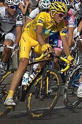 Contador in maglia gialla sugli Champs-Élysées di Parigi al Tour de France 2009