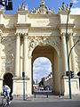 2255.Brandenburger TorMars und Herkules auf der Attika neben einem Wappenschildüber dem Mittelportal in Form eines röm.Triumphbogens mit korinthischen Säulen.JPG