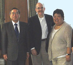 Tohoku University - Akihisa Inoue (left) talked with James P. Zumwalt (chargé d'affaires) and Ann Kambara at Tohoku University in 2009.