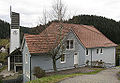 Altes Schulhaus mit Museum, im Hintergrund die katholische Kirche St. Katharina in Gütenbach.jpg