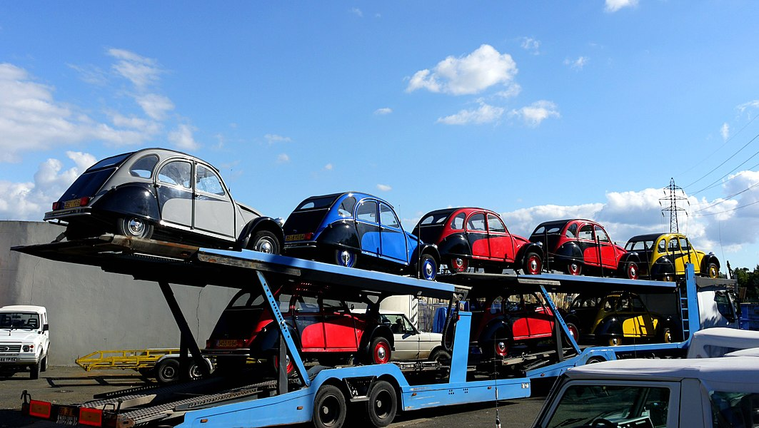 Citroën 2CVs on a lorry - I haven't so many together in years...
