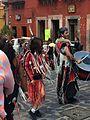 Baile tradicional en festejo de San Miguel de Allende, baile de tribu con vestimenta color rojo.JPG