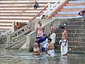 Bains rituels dans le Gange (Varanasi) (8471349943).jpg