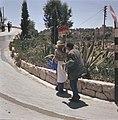 Bedelaar en een verkoper van lollies langs de kant van een weg bij een laag muur, Bestanddeelnr 255-9347.jpg