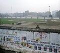 Berliner Mauer, ostdeutscher Grenzer beobachtet Räumung des Kubat-Dreieck.jpg