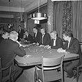Bezoekers terwijl ze roulette spelen, Bestanddeelnr 918-3449.jpg