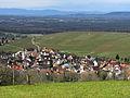 Blick über Ebringen auf Tuniberg, Kaiserstuhl und Vogesen.jpg