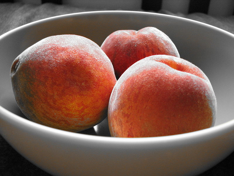 File:Bowl of peaches with orange accent.jpg