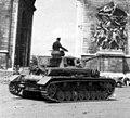 Bundesarchiv Bild 101III-Zschaeckel-170-20, Paris, Panzer IV der LSSAH vor Triumphbogen.2.jpg