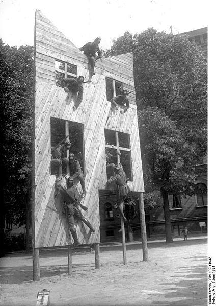 File:Bundesarchiv Bild 102-11946, Berlin, Schutzpolizei, Übung.jpg