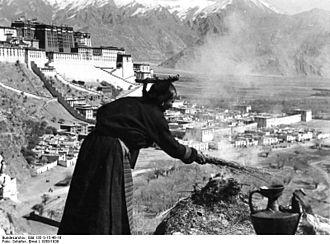 Offering (Buddhism) - Image: Bundesarchiv Bild 135 S 15 46 16, Tibetexpedition, Opfernde Tibeterin