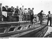 Bundesarchiv Bild 183-R66988, Magdeburg, Hafen , Passagiere verlassen Schiff.jpg
