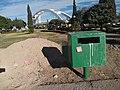 Buzón de basura y montaña.jpg