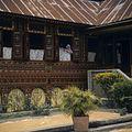 COLLECTIE TROPENMUSEUM Het drogen van gedorste rijst bij een Minangkabau huis TMnr 20018461.jpg