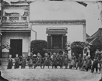 Cabang Atas - Image: COLLECTIE TROPENMUSEUM Javaanse kinderen met gamelanorkest voor het huis van de Majoor der Chinezen Be Biauw Tjoan gereed voor een dansvoorstelling T Mnr 60043650