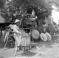 COLLECTIE TROPENMUSEUM Verkoop van pajongs (parasols) langs een van de hoofdstraten van Madiun Oost-Java TMnr 10002688.jpg