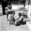 COLLECTIE TROPENMUSEUM Verkoop van rijst op het achtererf te Saradan Madiun Oost-Java. Op de achtergrond staat een droogrek voor vaatwerk TMnr 10002891.jpg