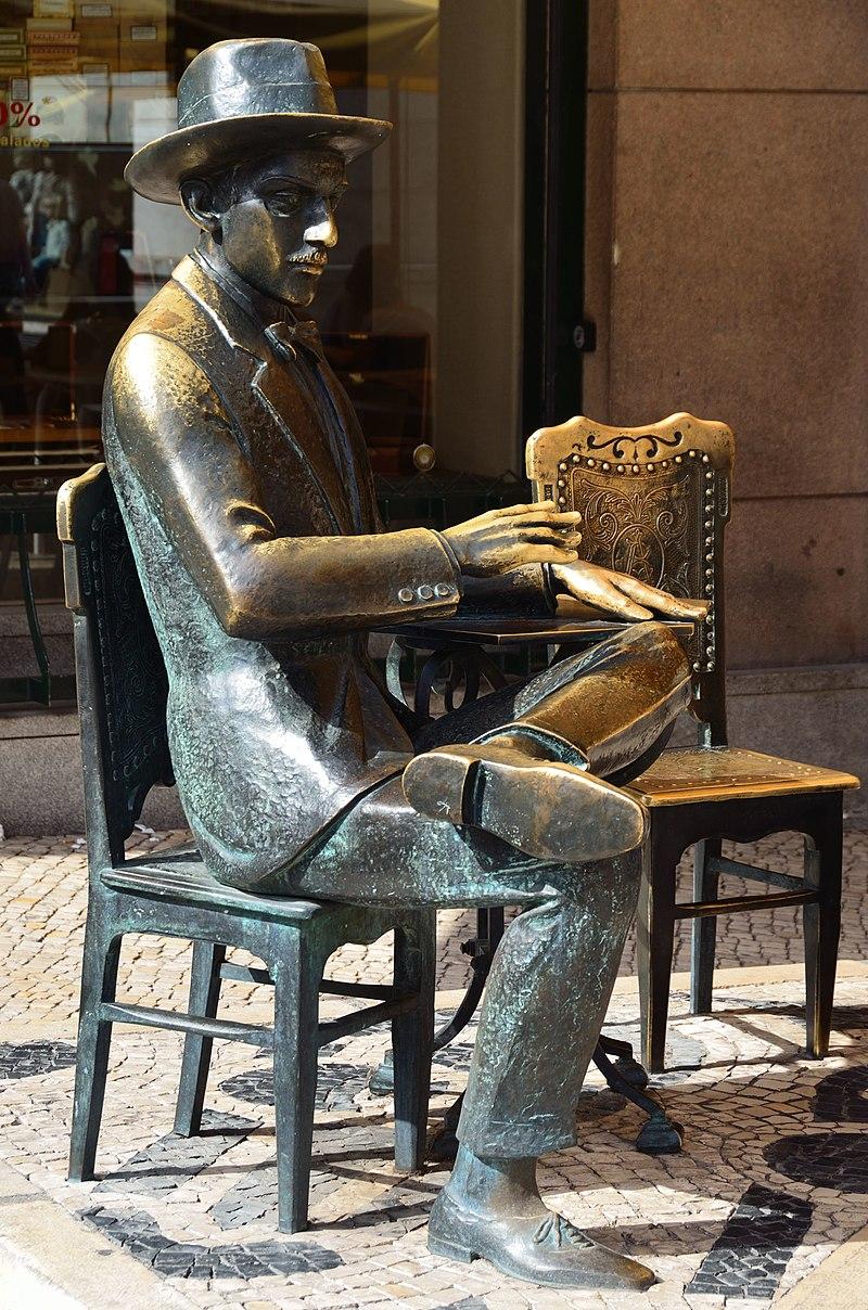 Pessoa Lisbona statue