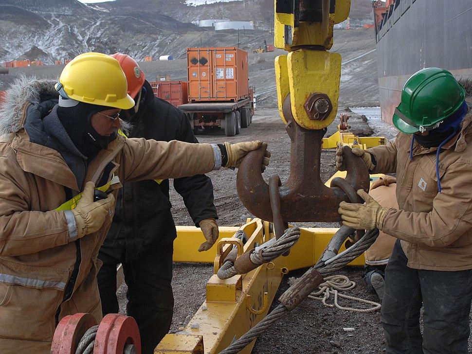 Cargo loading, Operation Deep Freeze 2007 070208-N-4868G-323.JPEG