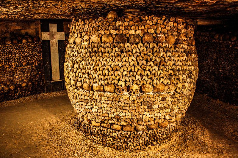 File:Catacombs of Paris, 16 August 2013 015.jpg