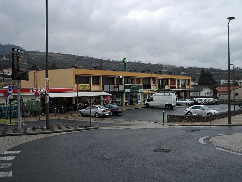 Small mall in Romagnat (supermarket, pharmacy, hairdresser, bank, etc.).