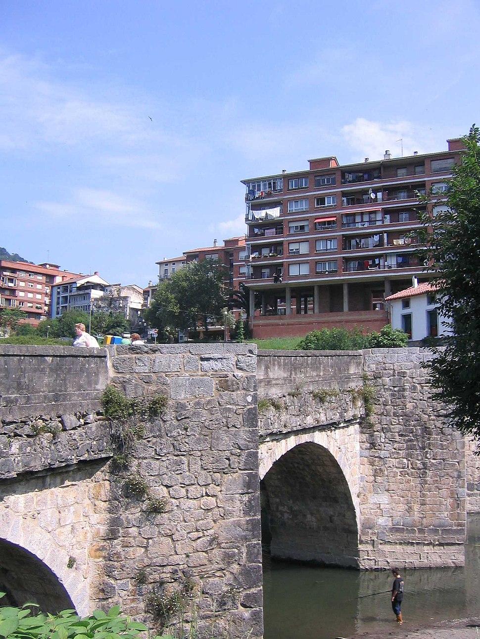Cestona puente sobre el Urola