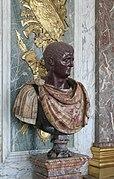 buste en prophyre bicolore de l'empereur Clause, situé devant des trophées dorés