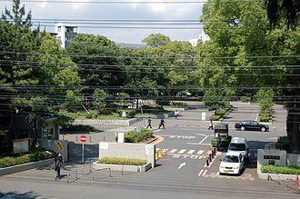 西千葉キャンパス正門よりシンボルである鐘を臨む。