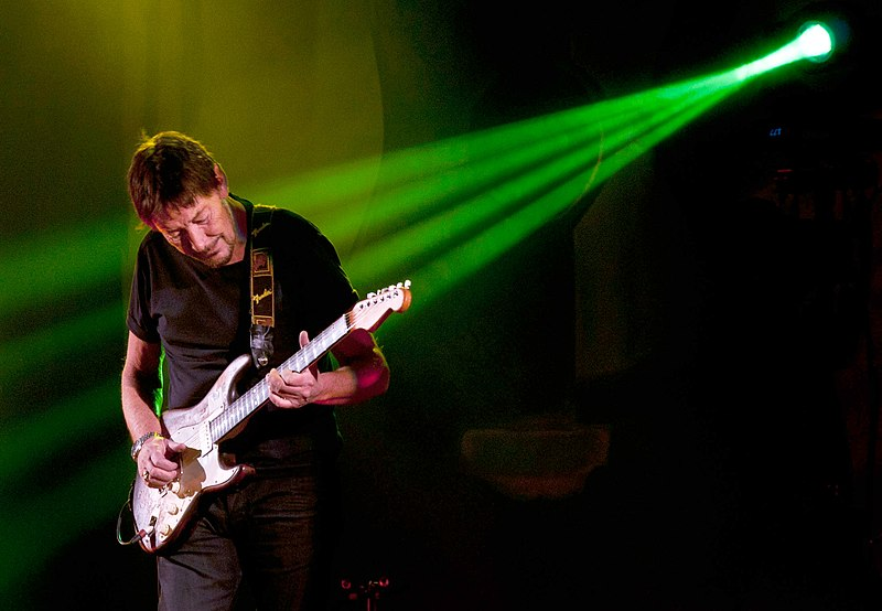 http://upload.wikimedia.org/wikipedia/commons/thumb/2/2c/Chris_Rea_02_AB.jpg/800px-Chris_Rea_02_AB.jpg