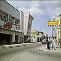 Collectie Nationaal Museum van Wereldculturen TM-20029609 Winkelwijk in Oranjestad Oranjestad -Aruba Boy Lawson (Fotograaf).jpg