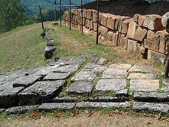 Costești-Cetățuie Dacian fortress - Image: Costesti Cetatuie Dacian Fortress 2011 Tower House One and Stairs 4