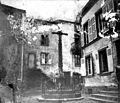 Croix monumentale sur une petite place de village (7089828239).jpg