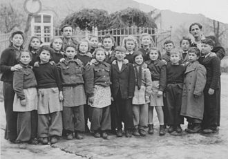 Displaced persons camps in post-World War II Europe - Class portrait of school children at Schauenstein DP camp, about 1946