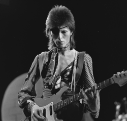 David Bowie - TopPop 1974 10.png