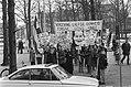 De betogers met spandoeken, Bestanddeelnr 927-0156.jpg