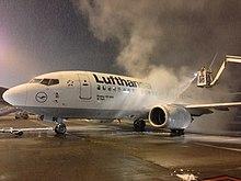 Operazione di de-icing di un velivolo Lufthansa durante una nevicata