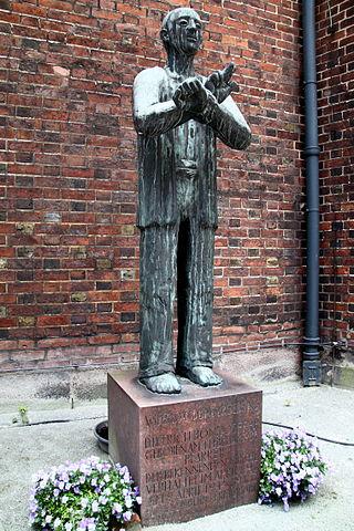 Patung memorial untuk mengenang Dietrich Bonhoeffer di Gereja St. Peter di Hamburg, Jerman