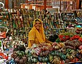 Donna indiana vende braccialetti.jpg