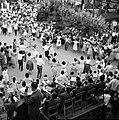 Dorpsbewoners dansen sardana op een plein, begeleid door een blaasorkest, Bestanddeelnr 254-0854.jpg