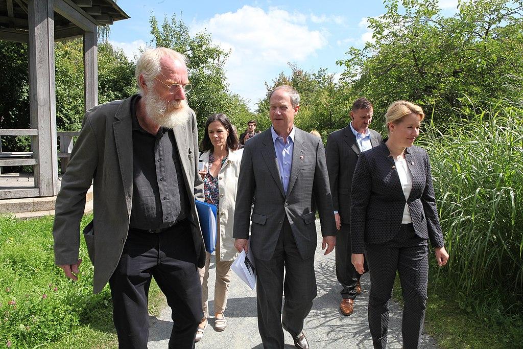 Dr. Henning Vierck, John B. Emerson und Franziska Giffey im Comenius-Garten, Berlin-Neukölln.jpg