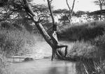 ETH-BIB-Nackter Knabe in Bach in Serengeti-Kilimanjaroflug 1929-30-LBS MH02-07-0514.tif