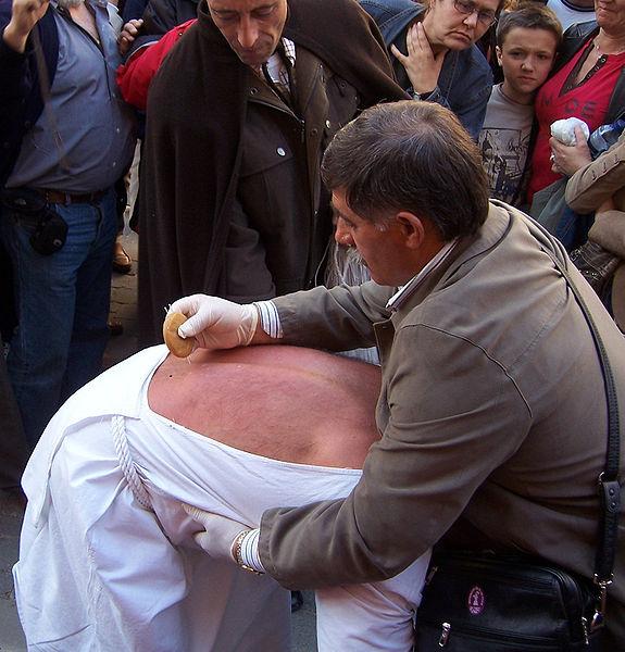 Archivo:El práctico picando a un disciplinante.jpg