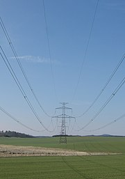 Dráty vysokého napětí, součást elektrorozvodné sítě.
