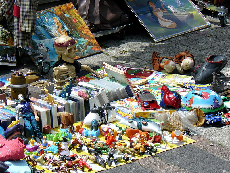 File etalage de vide grenier paris wikimedia commons - Marche au puce paris vetement ...
