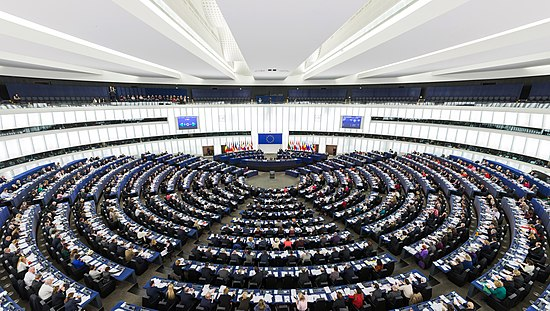 Photo de l'hémicycle du bâtiment Louise-Weiss du Parlement européen à Strasbourg, lors d'une séance plénière en 2014, fichier labellisé.