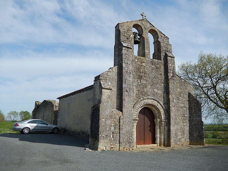 L'église Saint Pierre de Puyrolland, partiellement en ruines.