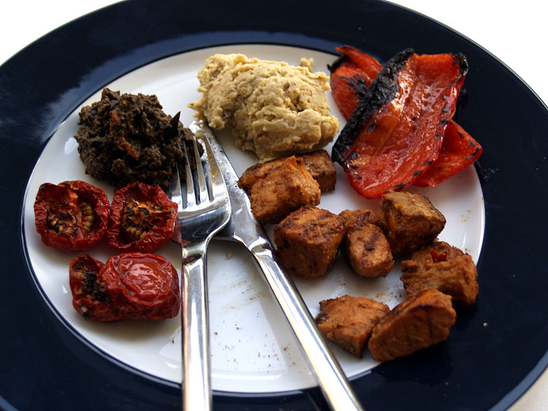 File:Flickr - cyclonebill - Semi-dried tomater, oliventapenade, hummus, grillet peberfrugt og laks.jpg